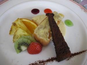 デザートプレート。中央に大麦のシフォンケーキが!