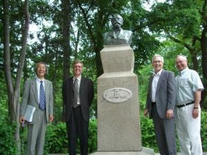 北海道大学内にて、ウィリアム・クラーク博士胸像やモデルバーンなどの記念建造物を見る講演者